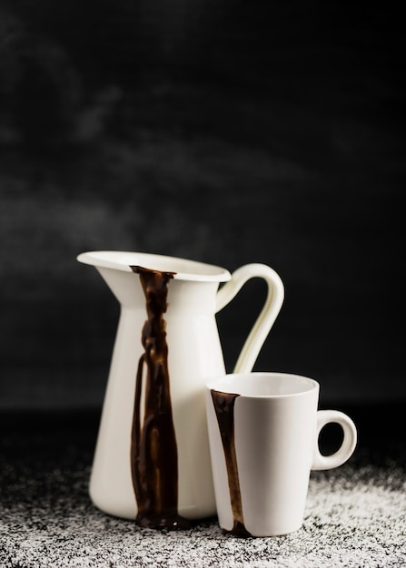 Weiße behälter mit geschmolzener schokolade gefüllt Kostenlose Fotos