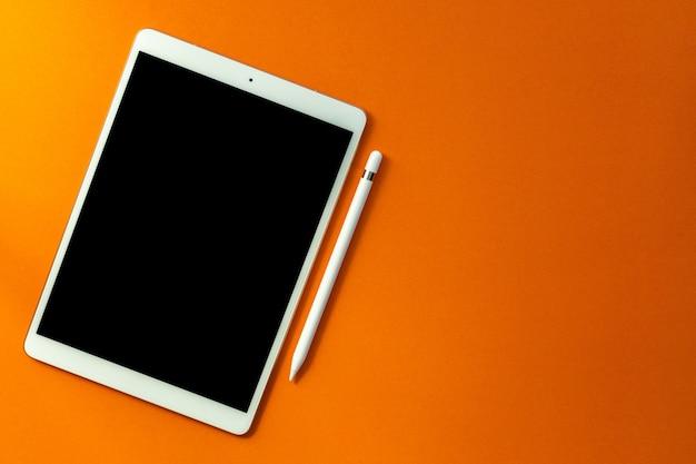 Weiße bildschirmtablette und bleistift Premium Fotos