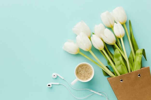Weiße blumen und kaffee der draufsichttulpe Kostenlose Fotos