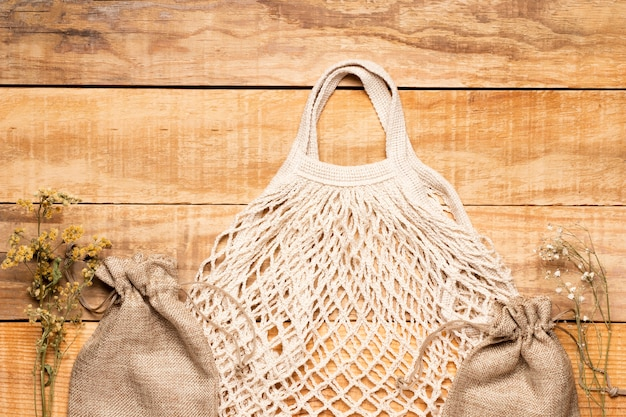 Weiße eco freundliche tasche auf hölzernem hintergrund Kostenlose Fotos