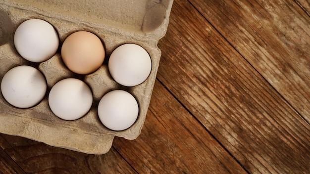 Weiße eier auf hölzernem hintergrund. ostern und gesundes essen frühstückskonzept Premium Fotos