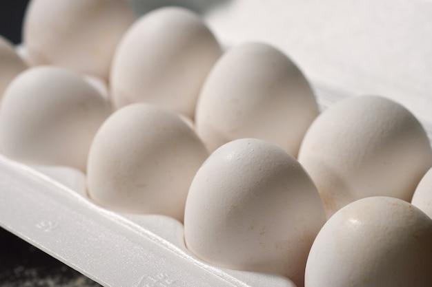 Weiße eier in einem weißen kasten, selektiver fokus Premium Fotos
