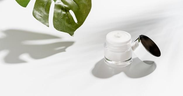 Weiße flaschencreme, modell der schönheitsproduktmarke. Premium Fotos