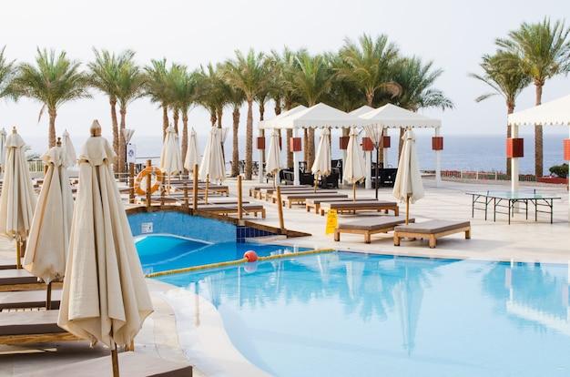 Weiße häuser und swimmingpool auf dem gebiet eines fünf-sterne-hotels in sharm el sheikh. Premium Fotos