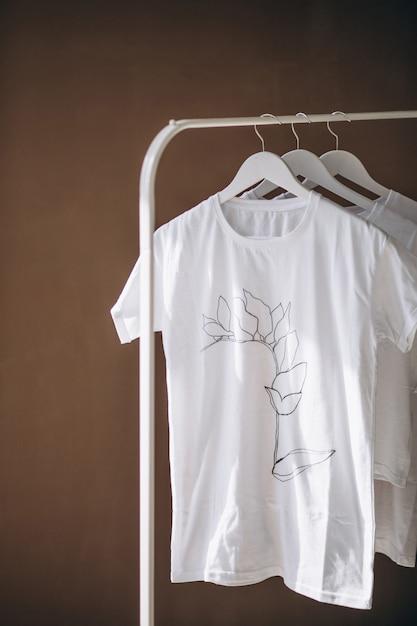 Weiße hemden, die im raum hängen Kostenlose Fotos