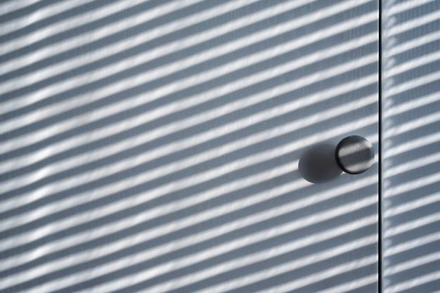 Weiße holzschranktür mit schatten von den vorhängen. sonniger tag, innenbakground Premium Fotos