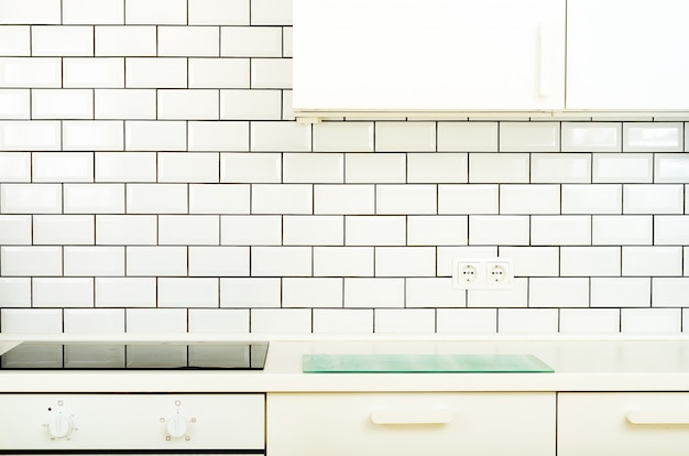Weiße innenarchitektur, moderne und minimalistische küche mit haushaltsgeräten. Premium Fotos