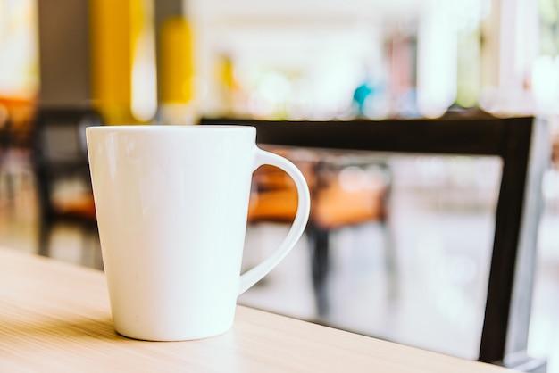 Weiße kaffeetasse in der kaffeestube Kostenlose Fotos