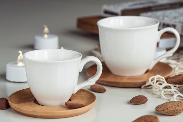 Weiße kaffeeteetassen und mandelnusszusammensetzung Premium Fotos