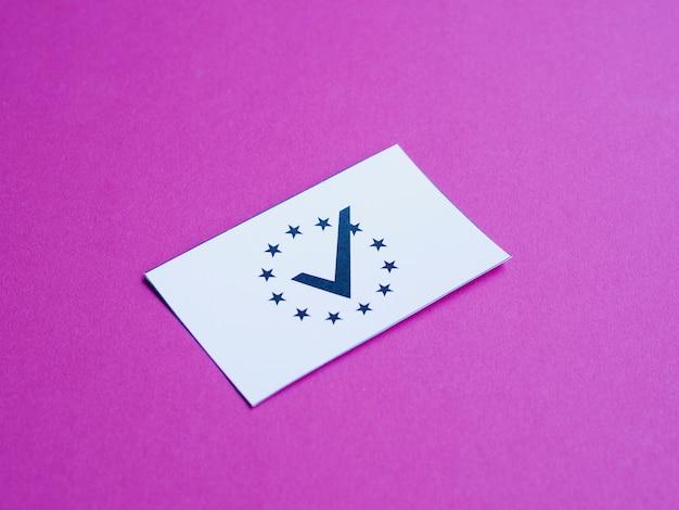 Weiße karte mit europäischer flagge auf purpurroter hintergrundnahaufnahme Kostenlose Fotos