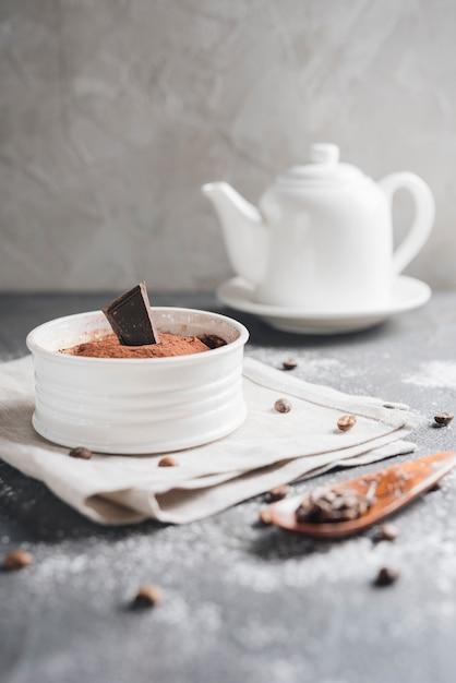 Weiße keramische schüssel schokoladenelchnachtisch mit kaffeebohnen Kostenlose Fotos