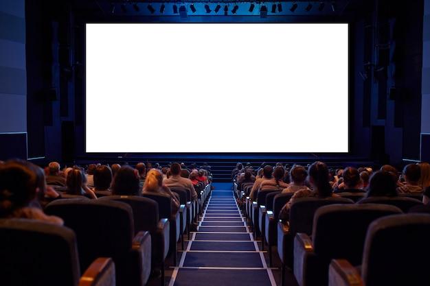 Weiße kinoleinwand mit publikum. Premium Fotos