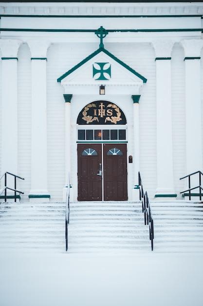Weiße kirche mit holztür Kostenlose Fotos