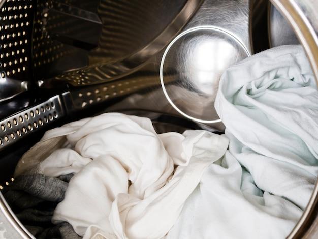 Weiße kleidung der nahaufnahme in der waschmaschine Kostenlose Fotos