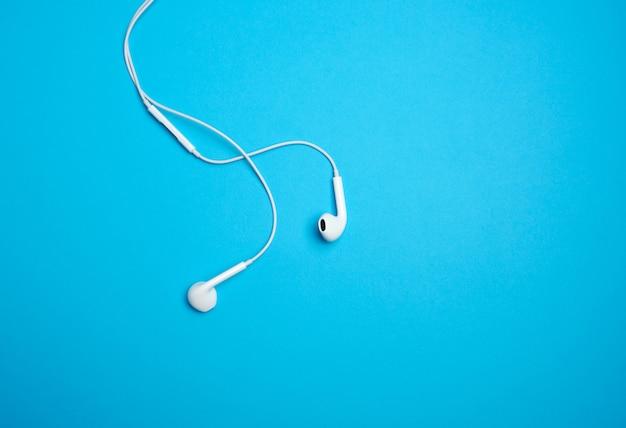 Weiße kopfhörer mit einem kabel Premium Fotos