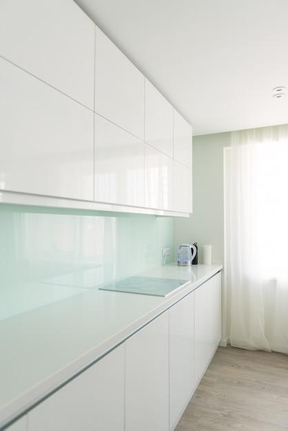 Weiße küche im minimalistischen stil. interieur, designthema. Premium Fotos