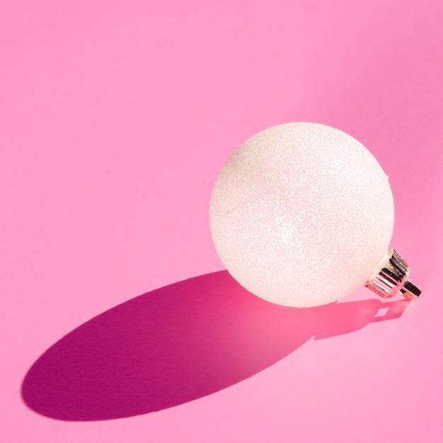 Weiße kugel auf rosa hintergrund Kostenlose Fotos
