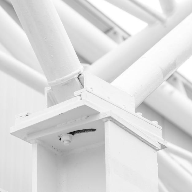 Weiße metallstangen auf weißer betonwand Kostenlose Fotos