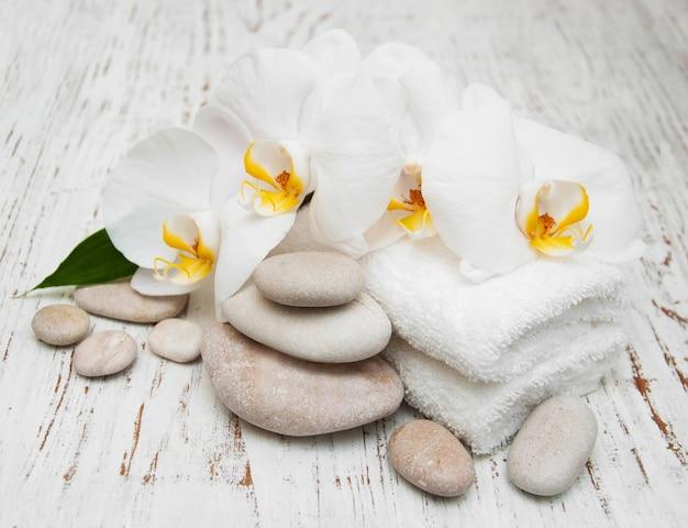 Weiße orchideen mit massagesteinen Premium Fotos