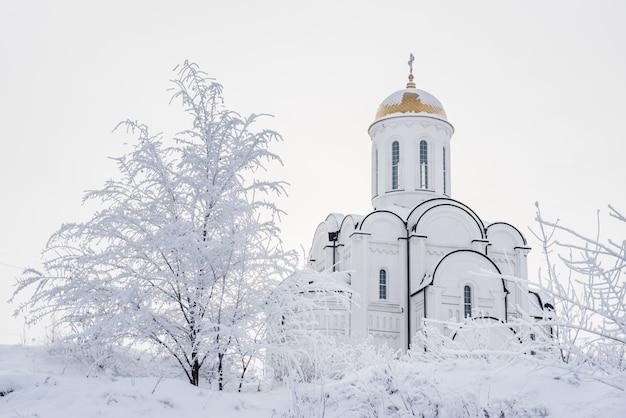 Weiße orthodoxe kirche mit einer goldenen haube Premium Fotos