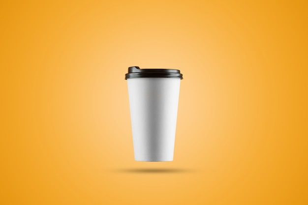 Weiße papierkaffeetasse lokalisiert auf einem gelben hintergrund Premium Fotos
