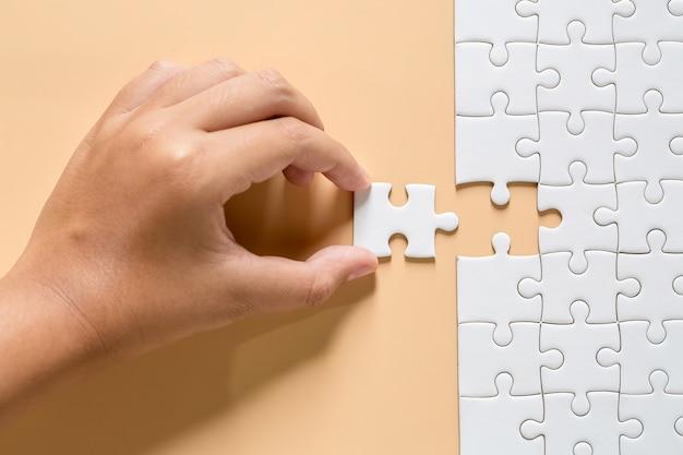Weiße puzzlestücke auf rosa Kostenlose Fotos