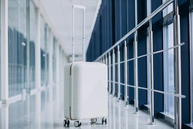 Weiße reisetasche allein durch die tore isoliert Kostenlose Fotos