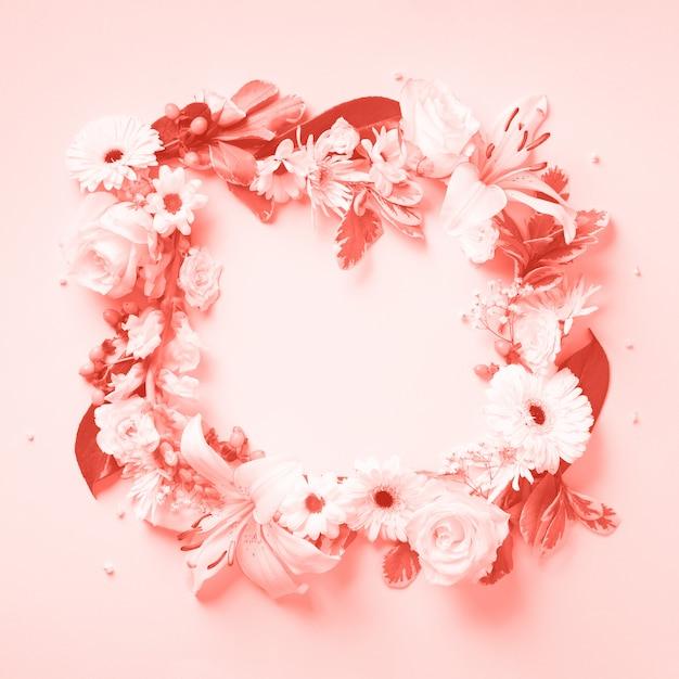 Weiße rosen, lilie, gerberakranz. flachgelegt, draufsicht. Premium Fotos
