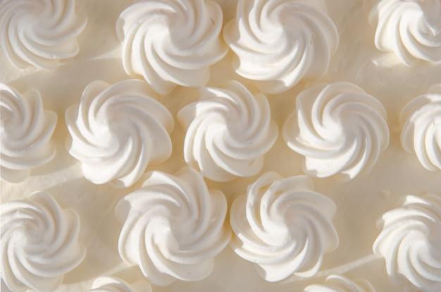 Weiße sahne auf kuchen in der sonne. hintergrund, textur Premium Fotos