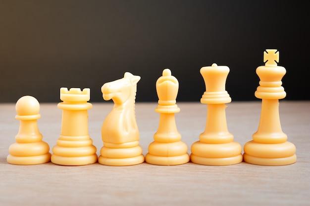 Weiße schachfiguren linear angeordnet Premium Fotos