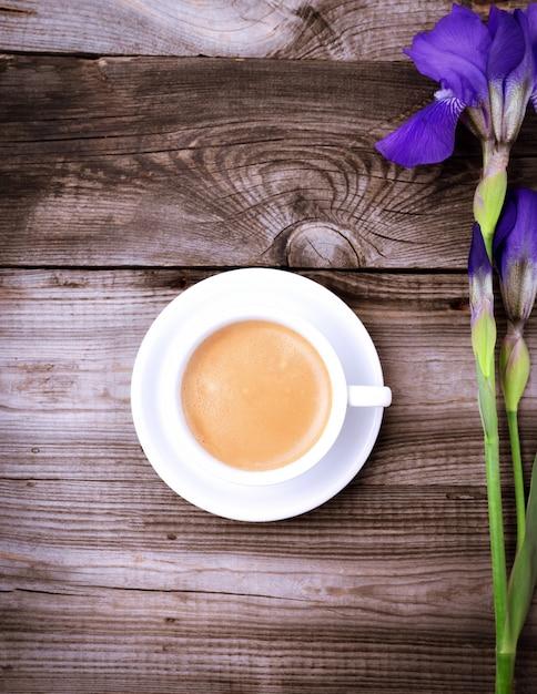 Weiße schale mit schwarzem kaffee auf einer grauen holzoberfläche Premium Fotos