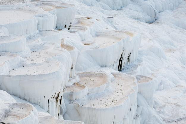 Weiße schalen mit getrockneten thermalquellen der stadt pamukkale. Premium Fotos