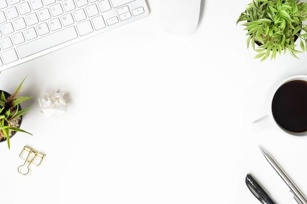 Weiße schreibtischtabelle mit computergeräten und -versorgungen. draufsicht mit copyspace, flache lage. Premium Fotos