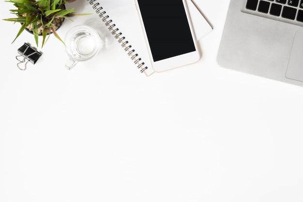 Weiße schreibtischtabelle mit vielen sachen auf ihr. Premium Fotos