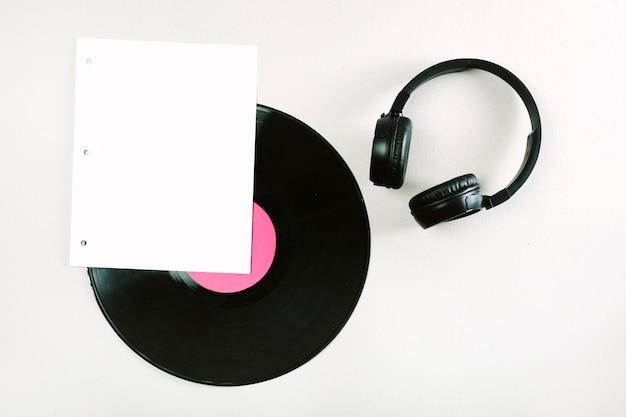 Weiße seite; vinyl-lp und kopfhörer auf weißem hintergrund Kostenlose Fotos