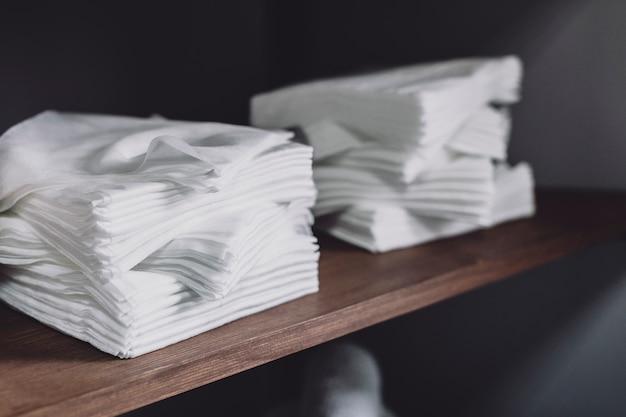 Weiße servietten im regal Kostenlose Fotos