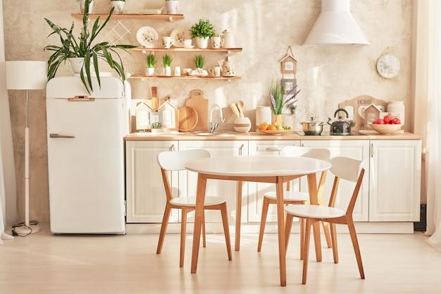 Weiße skandinavische küche mit esstisch Premium Fotos