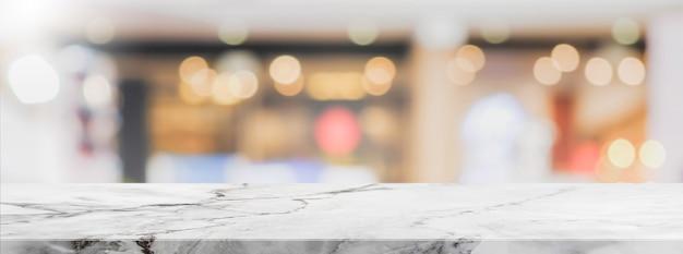 Weiße steintabellenspitze und unscharfer bokeh café- und restaurantfahnenhintergrund mit weinlese filtern - kann für anzeige verwendet oder ihre produkte zusammenbauen. Premium Fotos