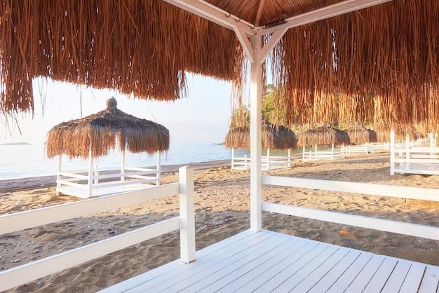Weiße stühle im berühmten amara dolce vita luxury hotel des strandresorts. resort. tekirova-kemer. truthahn. Kostenlose Fotos