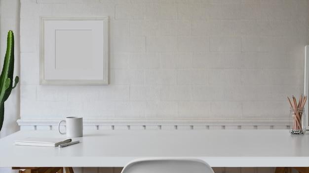 Weiße tabelle des skandinavischen arbeitsplatzes und kopienraum. Premium Fotos