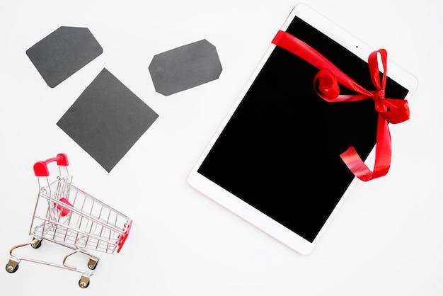 Weiße tablette nahe grauen tags und einkaufslaufkatze Kostenlose Fotos
