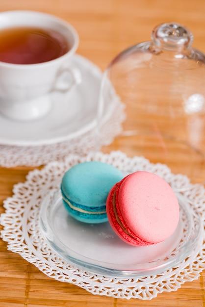 Weiße tasse heißer tee, makkaroni und frische kekse Premium Fotos