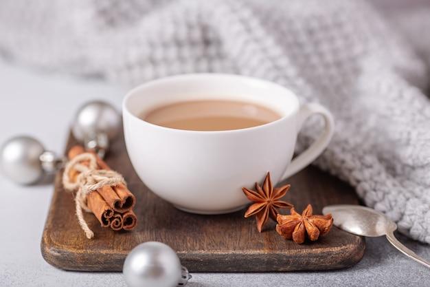 Weiße tasse mit kaffee und marshmallow, pullover, zimt Premium Fotos