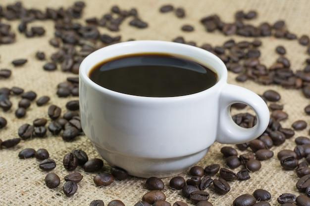 Weiße tasse mit kaffeegetränk Premium Fotos