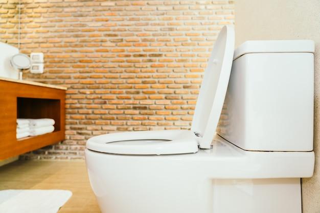 Weiße toilettenschüssel und sitz Kostenlose Fotos