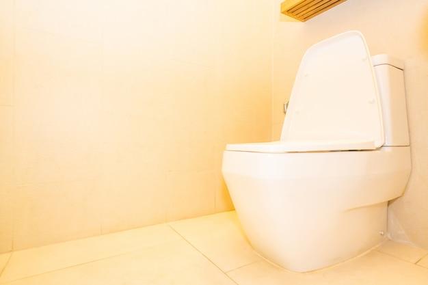 Weiße toilettenschüsselsitzdekoration im badezimmer Kostenlose Fotos