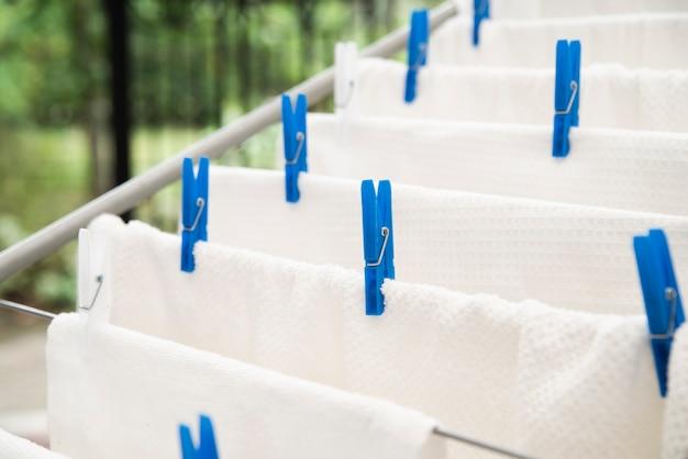 Weiße tücher, die auf wäscheständer trocknen Kostenlose Fotos
