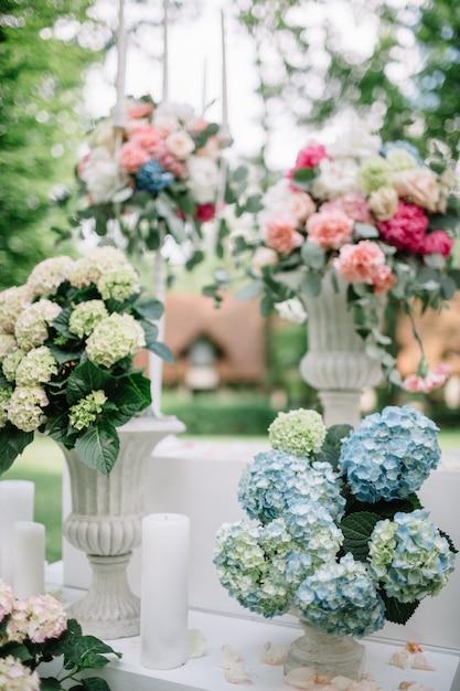 wei e vasen mit blumen stehen drau en download der kostenlosen fotos. Black Bedroom Furniture Sets. Home Design Ideas
