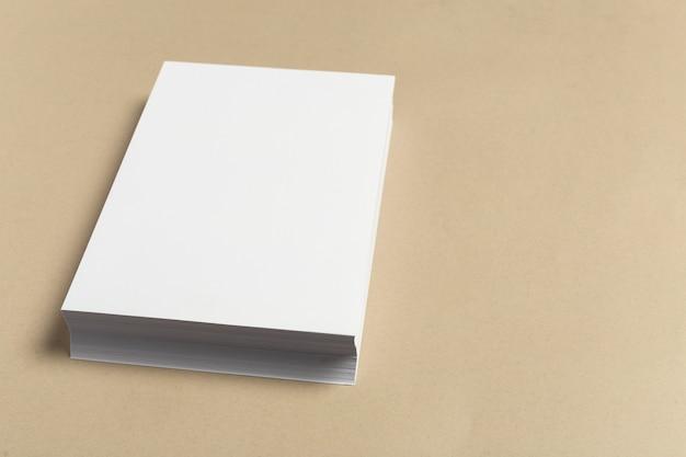 Weiße visitenkarte auf holztisch. leeres porträt Premium Fotos