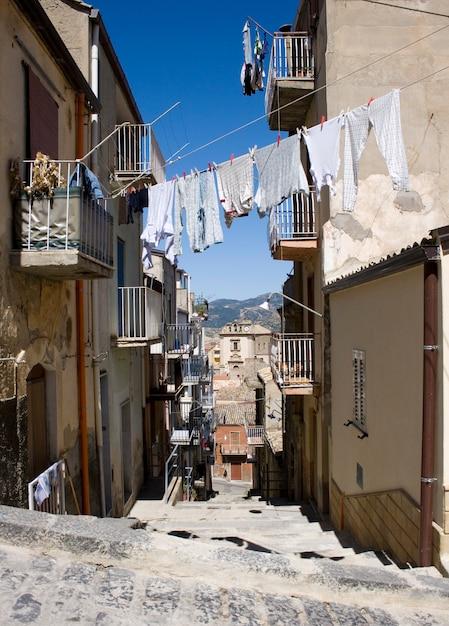 Weiße wäsche zum trocknen aufgehängt, leonforte Premium Fotos